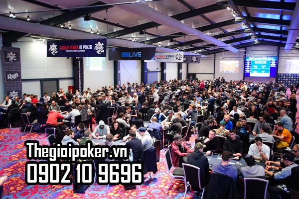 Hàng trăm bàn chơi poker đang diễn ra tại giải WSOP