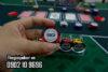 Vệ sinh phỉnh poker bằng bàn chải mềm