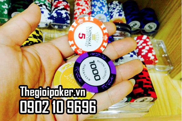 Dùng bàn chai mềm hoặc khăn mềm vệ sinh phỉnh poker
