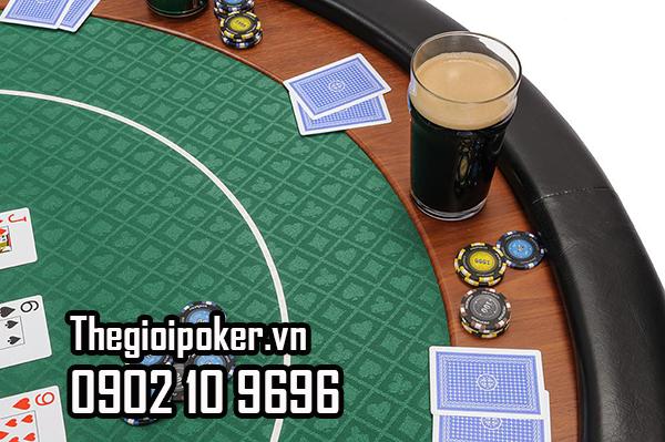 Cạnh bàn poker được bọc da thật sang trọng