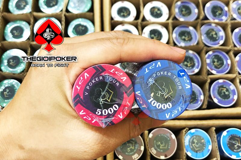 Các quân phỉnh poker được thiết kế tinh sảo và chất liệu ceramic cao cấp nhất