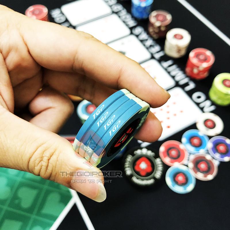 Bên sườn chip poker được in TGP nổi bật