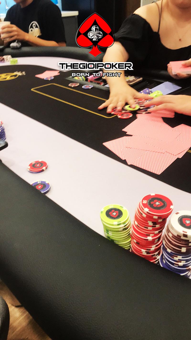 Bàn poker cao cấp và chip poker Legend by TheGioiPoker