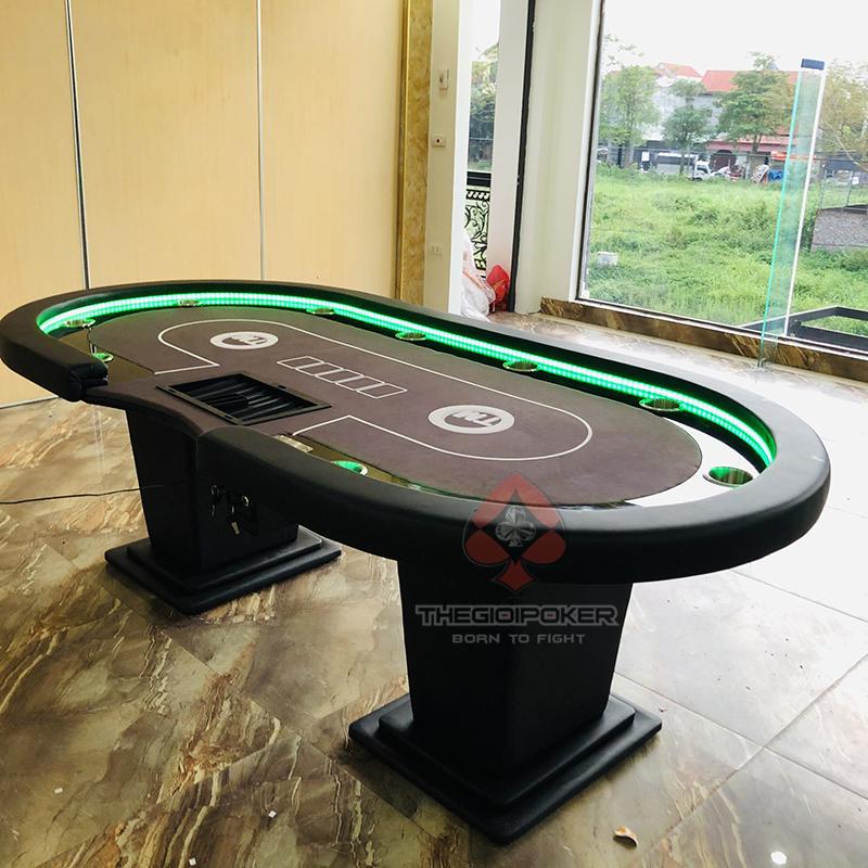 Meja poker dirancang untuk 10 pemain