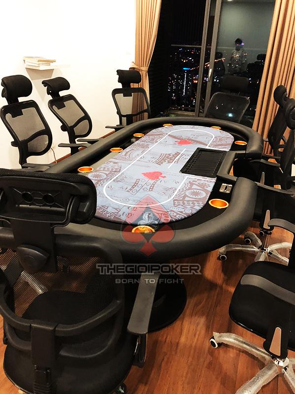 Meja poker dilengkapi dengan nampan dan kotak rake profesional